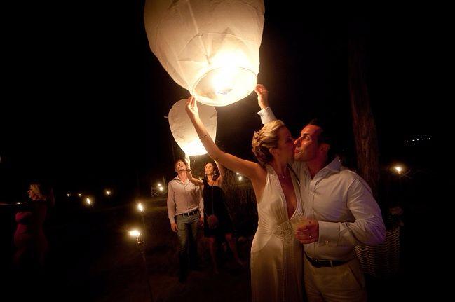 Katy & Tony Beach Wedding in Tuscany // Glam Events in Tuscany // Cristiano Brizzi Photography // Bride & Groom Flying Lantern