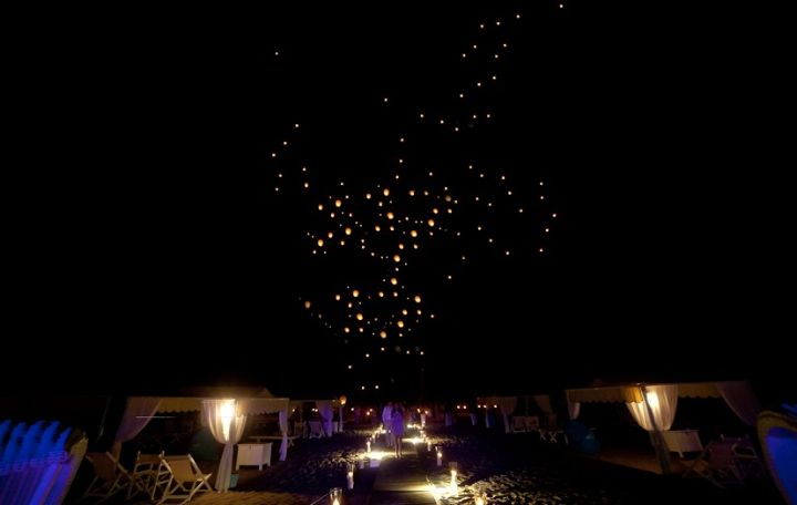 Katy & Tony Beach Wedding in Tuscany // Glam Events in Tuscany // Cristiano Brizzi Photography // Flying Lanterns